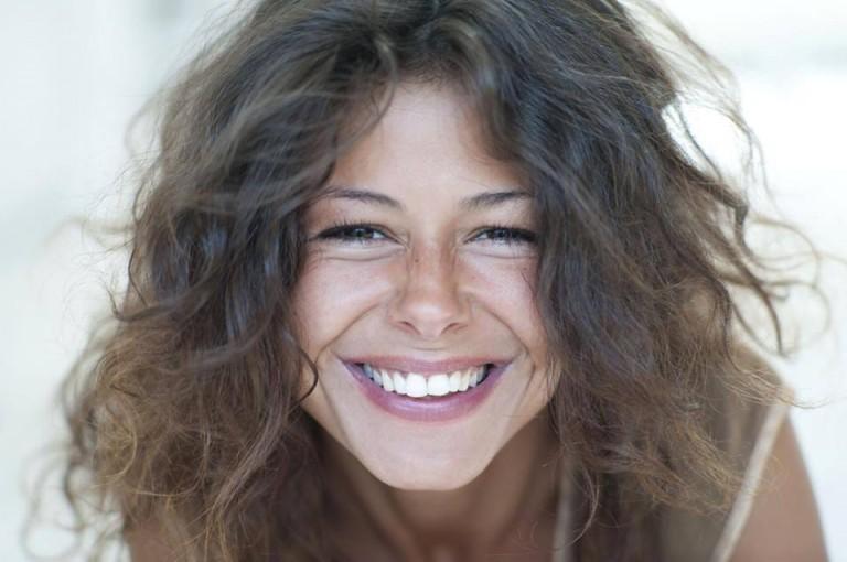 beau sourire de jeune femme